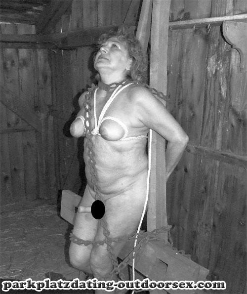 BDSM Sex im Freien - devote Blondine